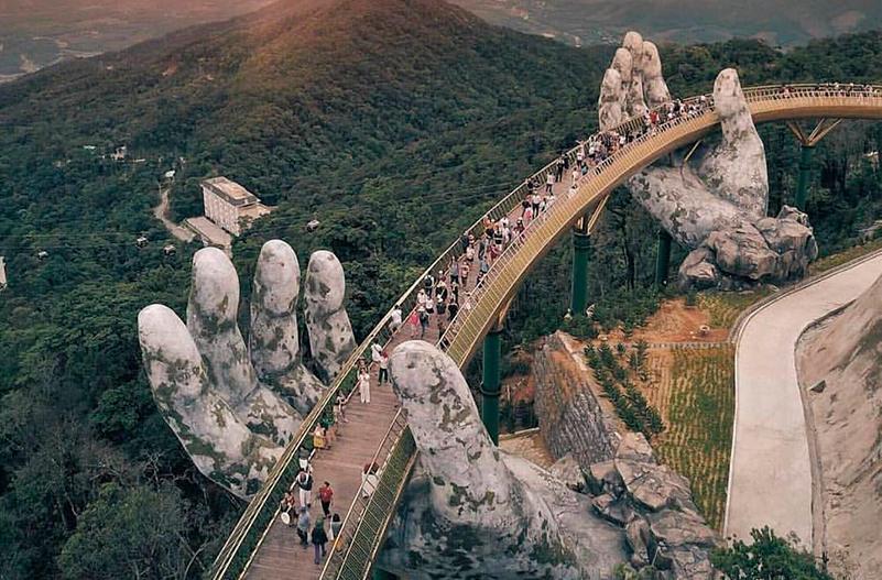 Во Вьетнаме открыли мост, который поддерживают две огромные руки