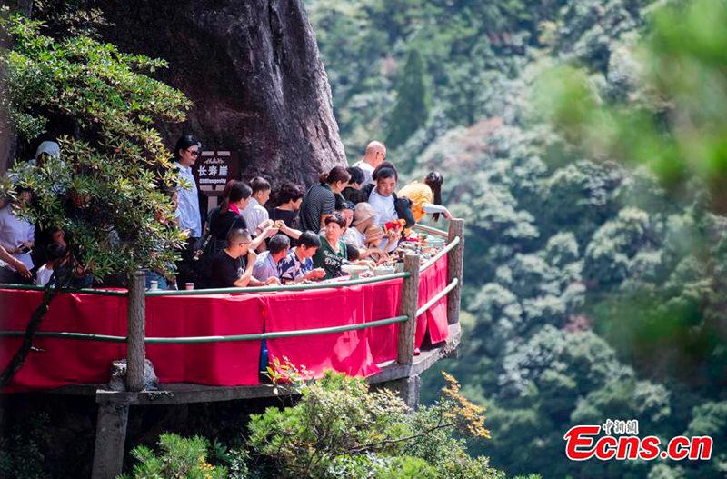 В восточном Китае открылся ресторан на краю скалы
