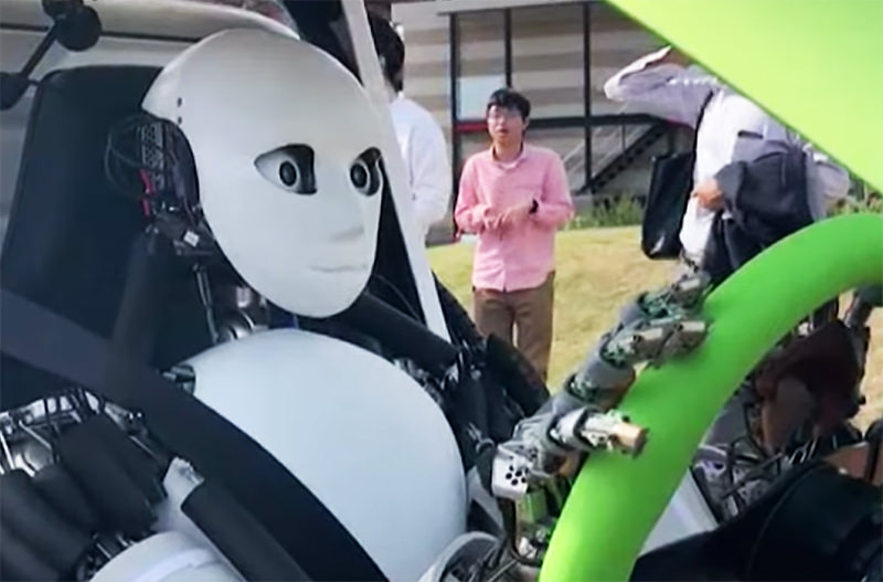 В Японии создали человекоподобного робота-водителя