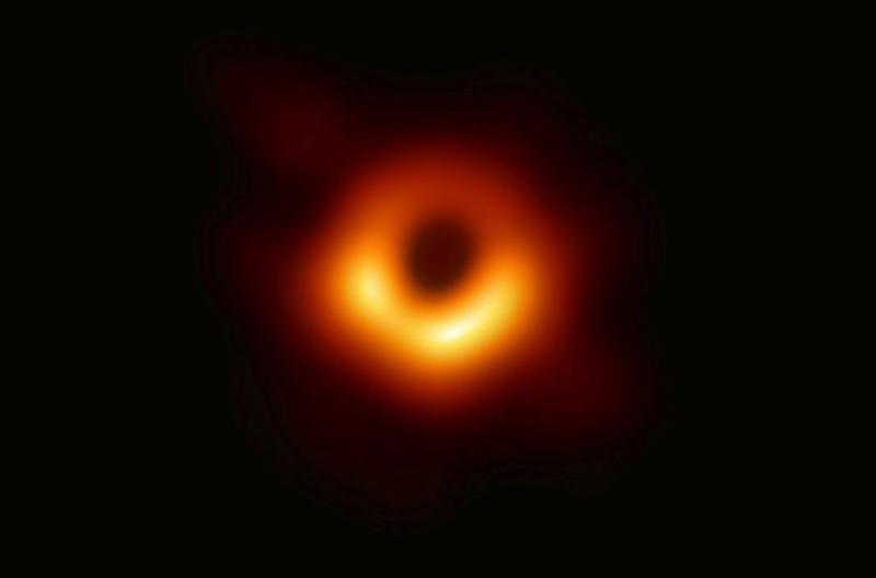 Учёные впервые сделали фото чёрной дыры