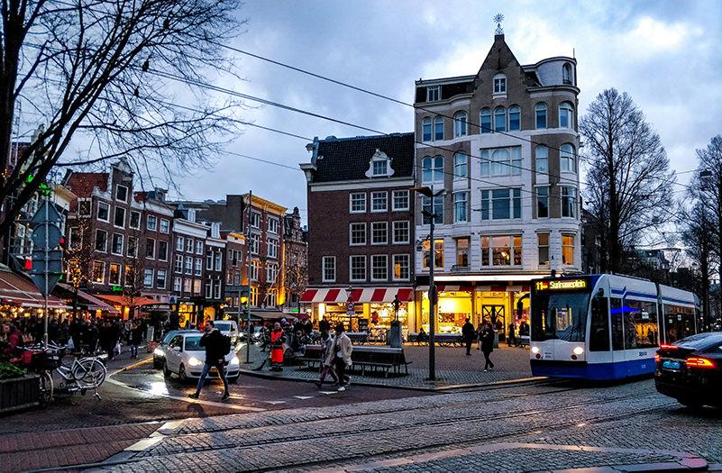 В Амстердаме запретят все автомобили, кроме электрических