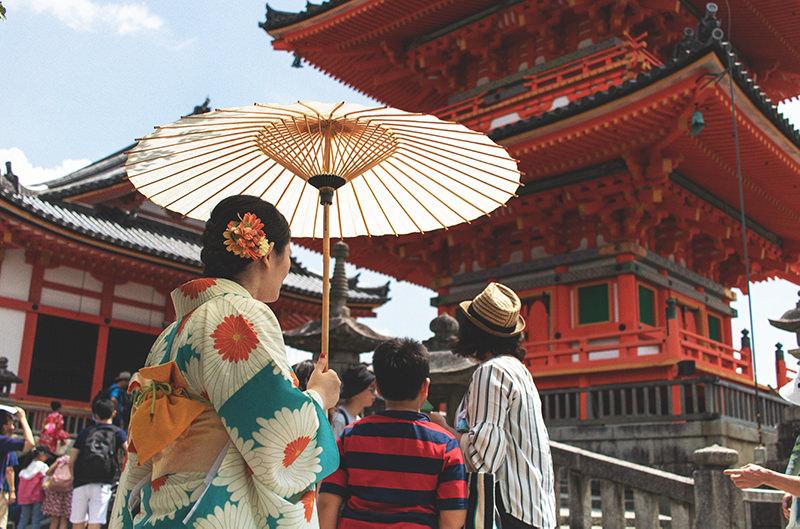 Туристов в Киото научат этикету по смартфону