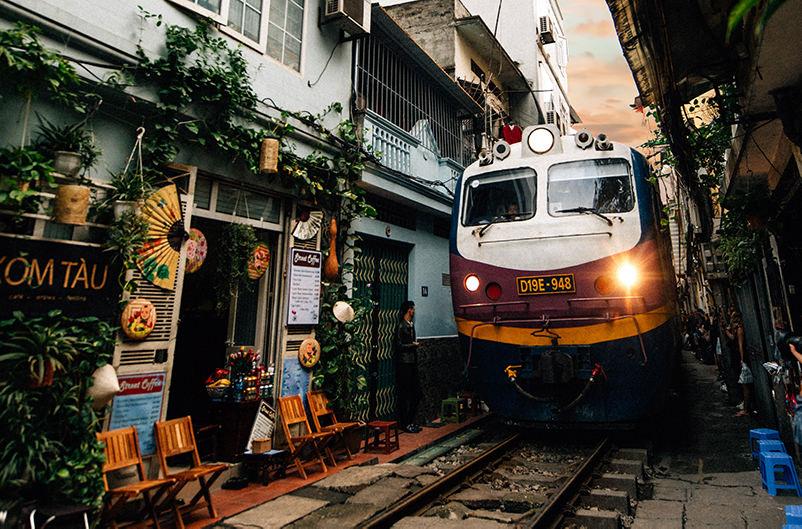 В Ханое закрывают кафе у железной дороги из-за опасных селфи