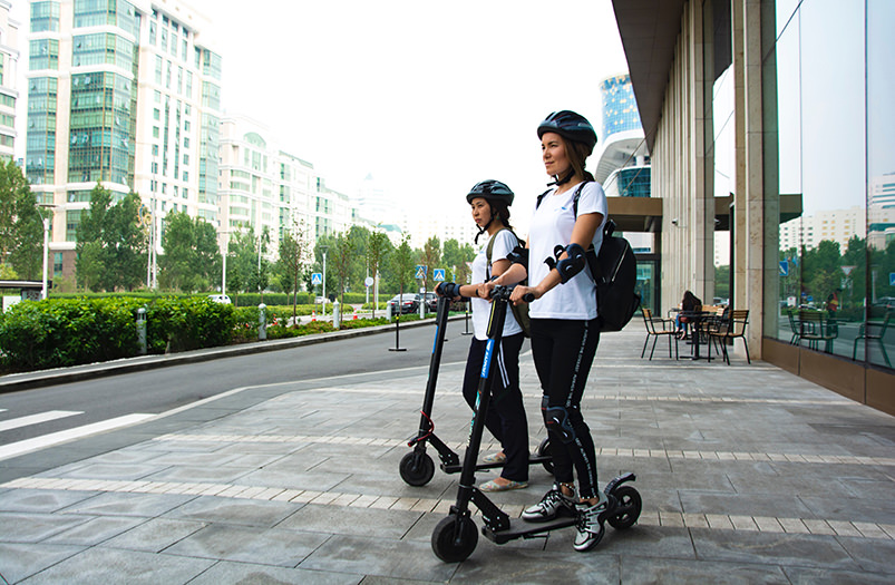 В Сингапуре запретили кататься на электросамокатах по тротуарам