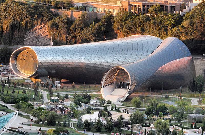 Похожий на кувшины комплекс в Тбилиси хотят продать